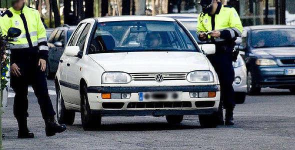 Agentes multando a una conductora